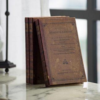 שלישיית ספרים במראה עתיק