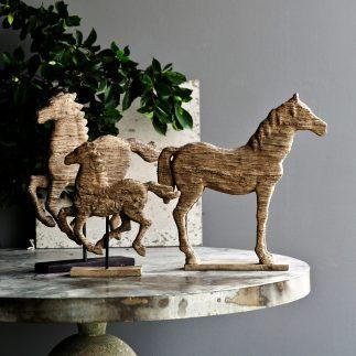 פסלון סוס עץ גדול על מעמד